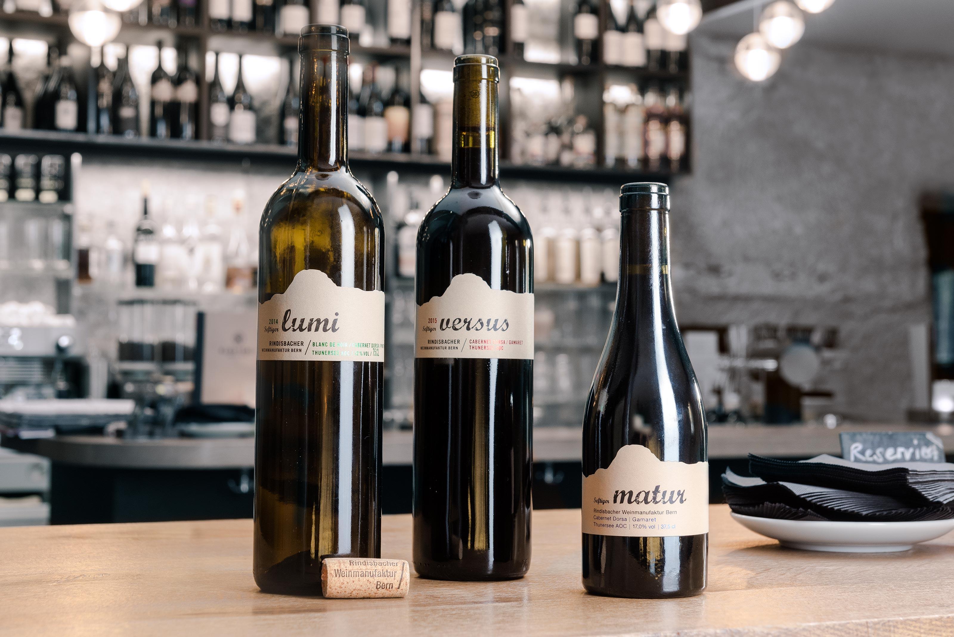 Rindisbacher Weinmanufaktur – bottles, Lumi, Versus, Matur ©Atelier Pol × Barbara Hess × Klösterli