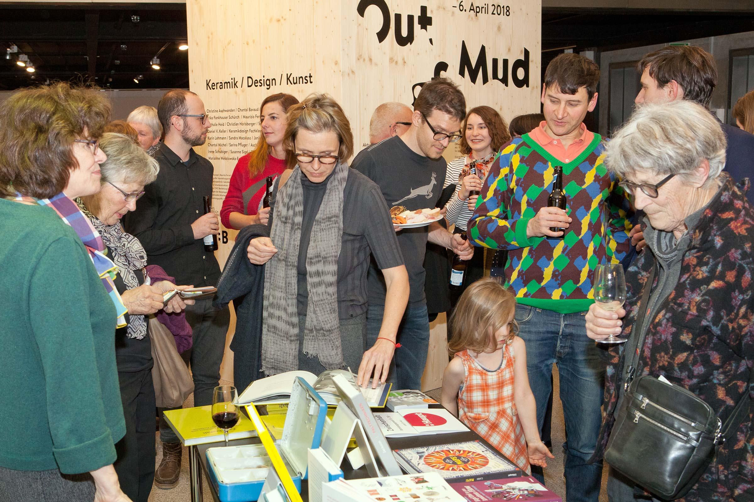 Schule für Gestaltung Bern und Biel Out of Mud, vernissage 05  ©Atelier Pol × Fabio Blaser